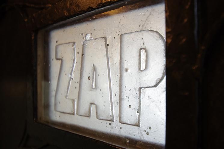 鉄の扉に埋め込まれているのは鋳物のガラス製のロゴ。透明感のあるスタッフをロゴの質感でイメージ!