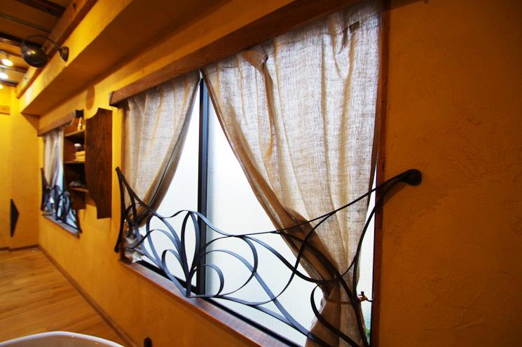 窓にはアイアンのフェンス。 アイアンのフェンスやリネンのカーテンが、差し込む光を程よく演出しています!