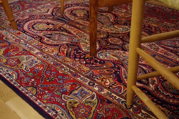 サルーク産のアンティークのペルシャ。 ボテのデザインされた踏み心地の良い絨毯を敷いています。 個性的な柄のオーガニックで染められた絨毯は、周囲と調和しくつろぎを与えてくれますよ!