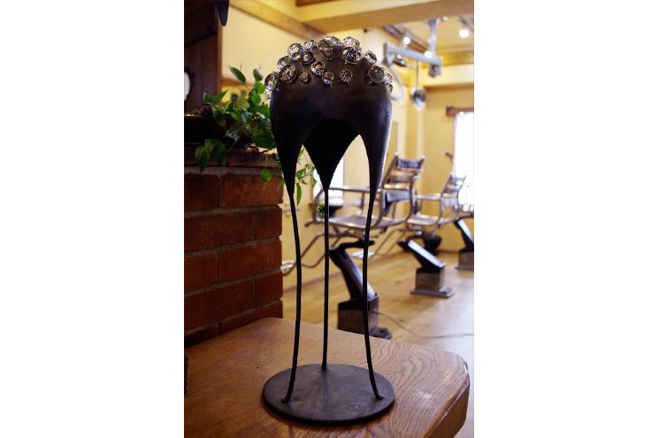メインサーバーカウンターには彫刻もありますよ! 彫刻の無い空間は考えらないのです。 美術館に行かずともこのような作品があふれているのが「サロン」なのです。 しかしながら良いエナジーを放ってますよね!