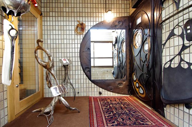 2階への階段を上がるとサロンのエントランス。 右側の扉を入ると時空間の違った世界があなたをお待ちしております。重厚感のある鉄の扉を開けて下さい!