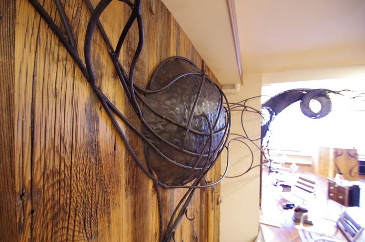 バーンウッドの壁にはアイアンの造形作品なのですが、フロアーで動くスタッフのテーマを表現したフックになっていますよ!