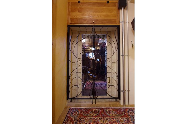 ウェイティングスペースにはEXIT。 営業中には解錠してあります! 非常時には出口としても使えるよう設計してありますが、アイアンのゲートとドアーにいたってもオリジナルで、閉まっていても開放感はありますよ!